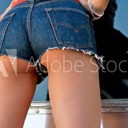 foto van vrouwenbillen in hotpants spijkerbroek